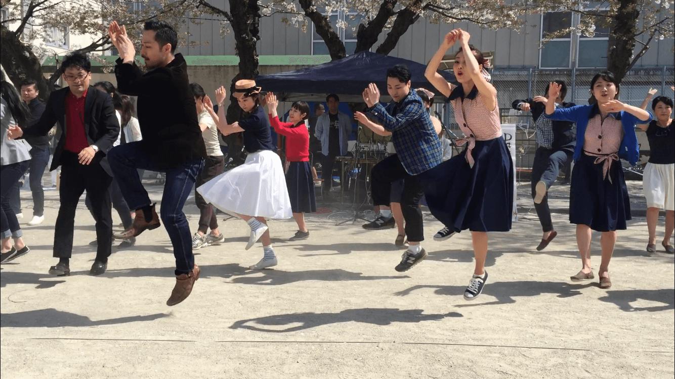 公園で踊る様子