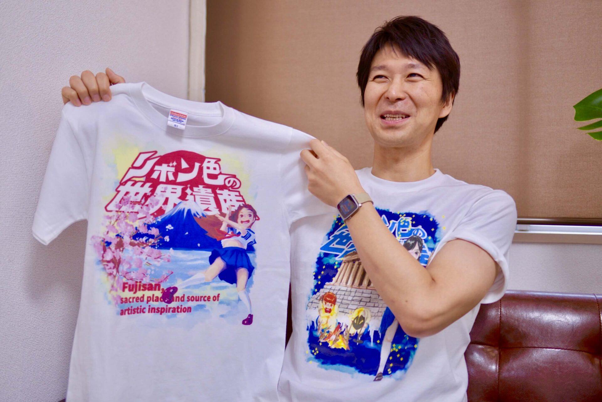 Tシャツを紹介するクマタローさん