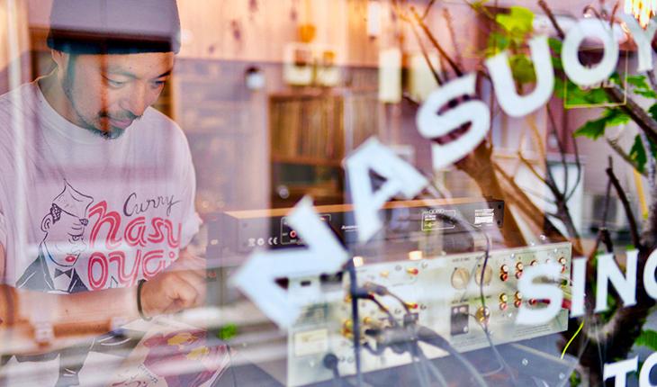 ガラス越しの西村伸也さん
